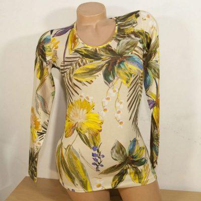 Блуза с рисувани тропически цветя на бежов фон