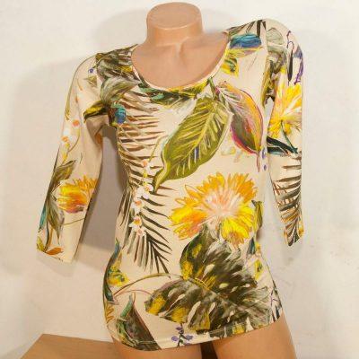 Блуза с рисувани тропически цветя на бежов фон слим