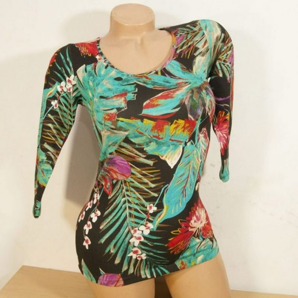 Блуза с рисувани тропически цветя слим